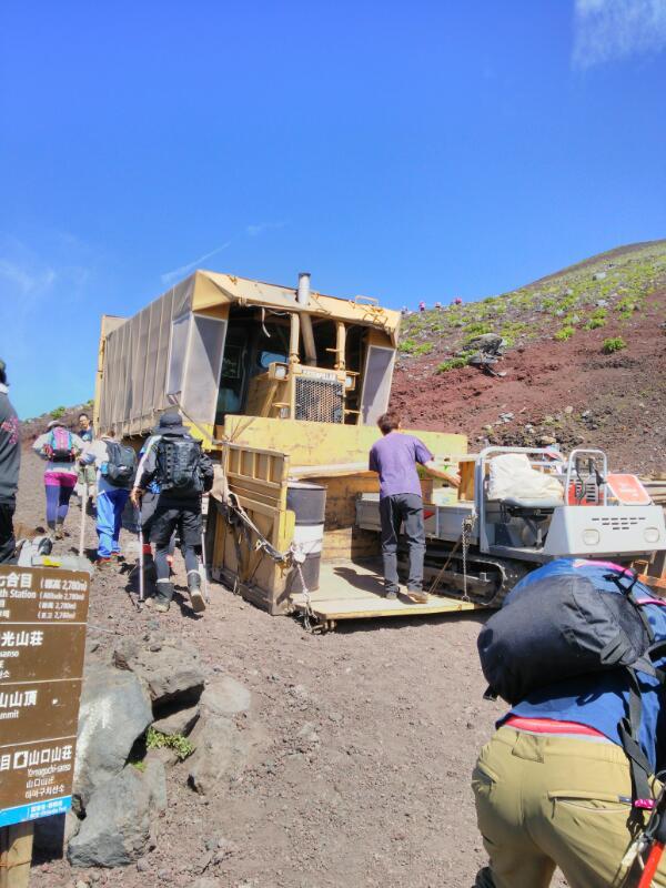 ダンプカーで富士山に登る
