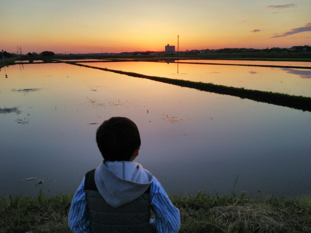 日の出を待つ少年