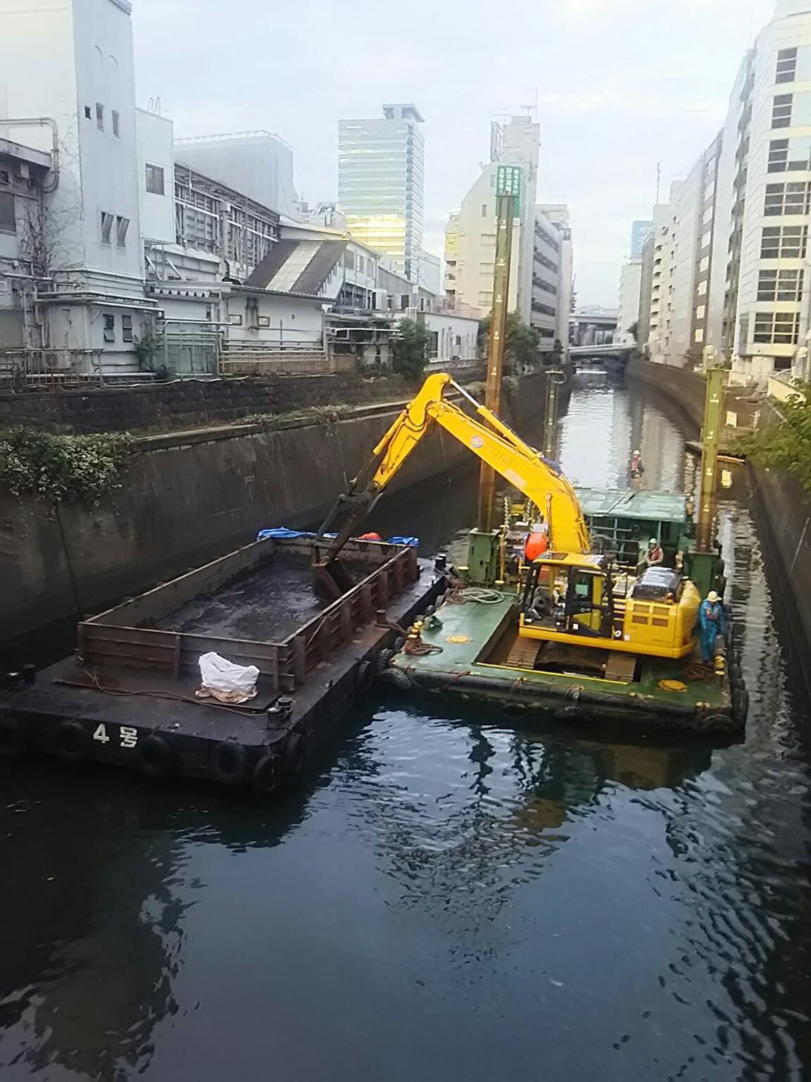 神田川、水道橋駅付近浚渫作業か